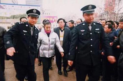 在狱中待了一年多后,刘晓庆于2003年8月被取保候审。