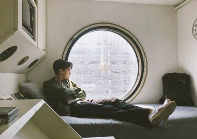 李易峰惬意坐窗边眺望远方 双手环抱于胸前尽显帅气