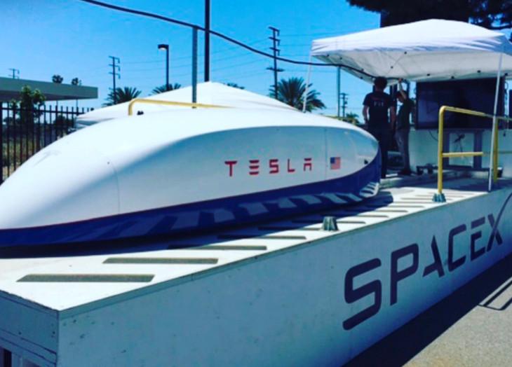 摩根士丹利:马斯克或利用SpaceX股票为私有化特斯拉融资