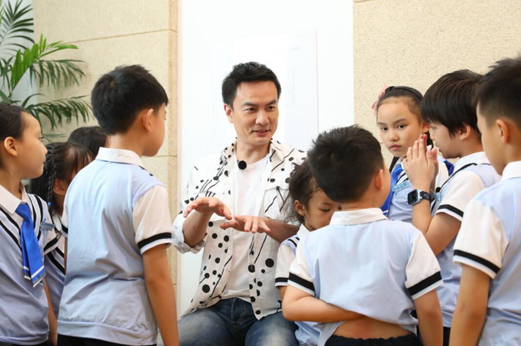 """钢琴王子李泉拄拐当""""陪练"""" 透露月中将接受手术"""