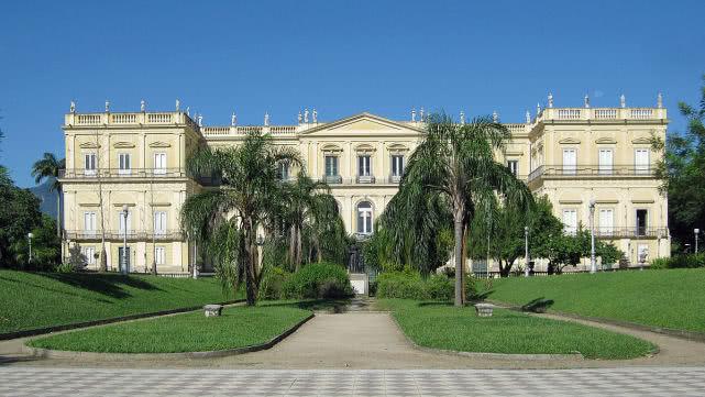 巴西国家博物馆大火 内藏2千多万件无价之宝或成灰烬