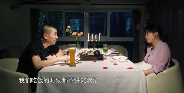 蒋勤勤夫妇享烛光晚餐 陈建斌一句话浪漫气氛破功