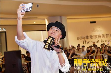 包贝尔《胖子行动队》现身重庆 拍摄现场吓哭克拉拉