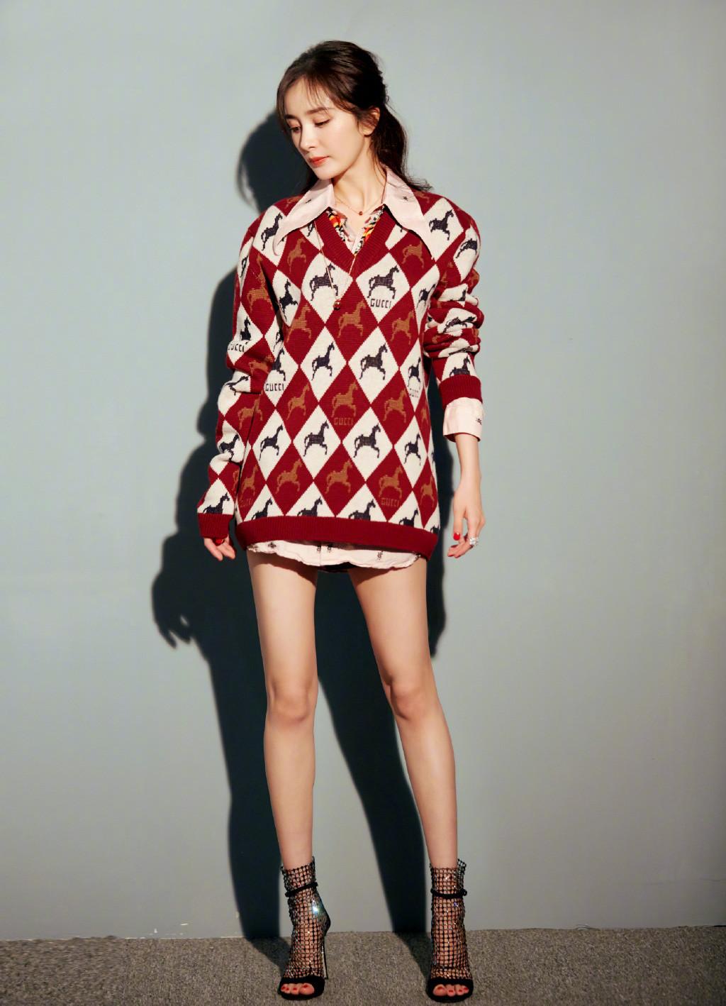 今年新款毛衣买哪件?杨幂pick的菱格纹错不了!