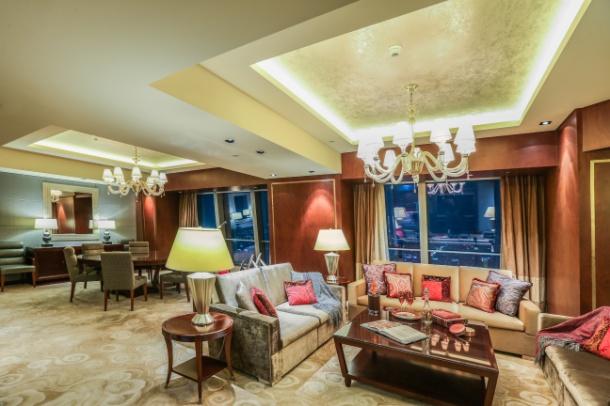 此佩斯里主题特使套房于即日起至2018年10月10日于北京国贸大酒店呈现。 关于ETRO ETRO是一个象征着「新传统主义」,代表着「意式风尚」和「意大利制造」的奢侈品品牌,它意味着艺术家们精湛技艺和大胆的创新精神的完美结合。佩斯里花纹是ETRO最具代表性的元素,也是ETRO的品牌象征和标志。 ETRO在此意大利语中的含义是「格调」,它代表着一种生活格调,一种与其质量与品味毫不逊色的美感,一种意大利高质量生活方式的典范。 ETRO 1968年由Gimmo Etro先生创立,旗下拥有男/女装高级成衣系列、