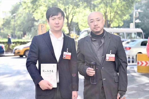 """徐峥沈腾会场外合影被曝 一脸""""愁容""""表情很搞笑"""