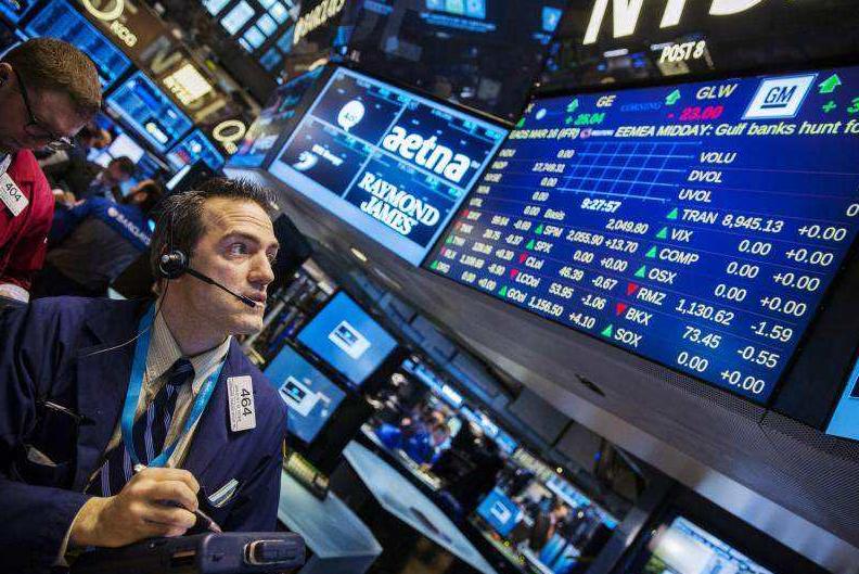 """凤凰网财经讯 北京时间周四(10月11日)早间消息,美债收益率迅速攀升并维持在多年来的最高水平令投资者感到担忧,美股在科技股领跌尾盘出现恐慌性抛售而大幅下挫,道指暴跌逾830点,标普八连跌且年内已有八日跌幅超过2%,创2010年以来同期""""单日跌幅超过2%""""最多天数。"""