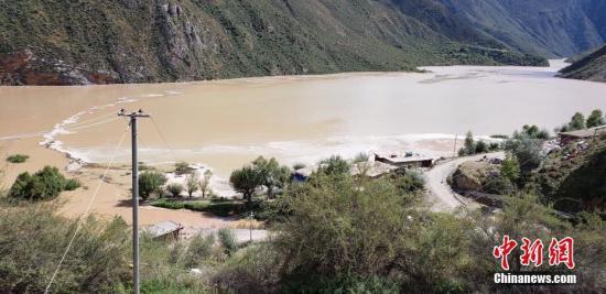 金沙江堰塞湖蓄水近1亿立方米 四川启动4级防汛响应