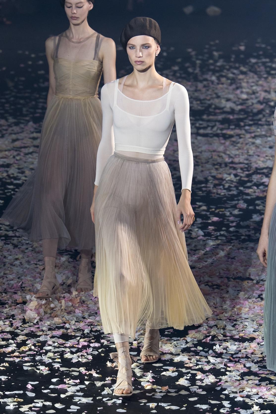 TA們是揭秘巴黎時裝周最搶鏡的配飾!