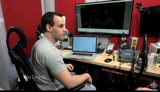 CBC视频截图,可以看到经过维修后这台MacBook 已经能够开机