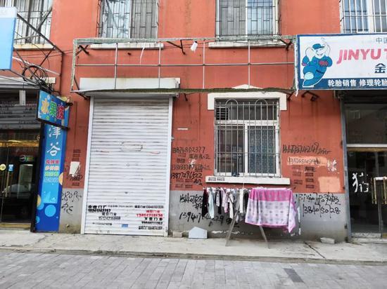 杨贵喜和张霞经营的体育用品商店。11月5日,店铺已经关门。新京报记者王双兴摄