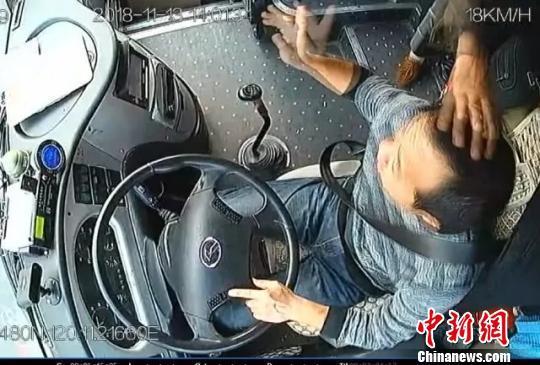 老人公交上扔瓜子壳拍打司机 因
