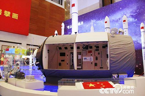 """这是""""天宫二号""""空间实验室1:1透视模型。"""