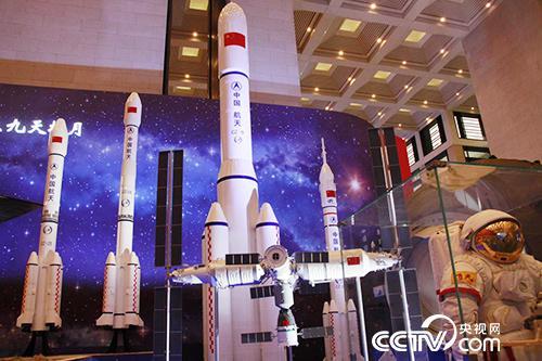 这是长征系列运载火箭1:10模型。
