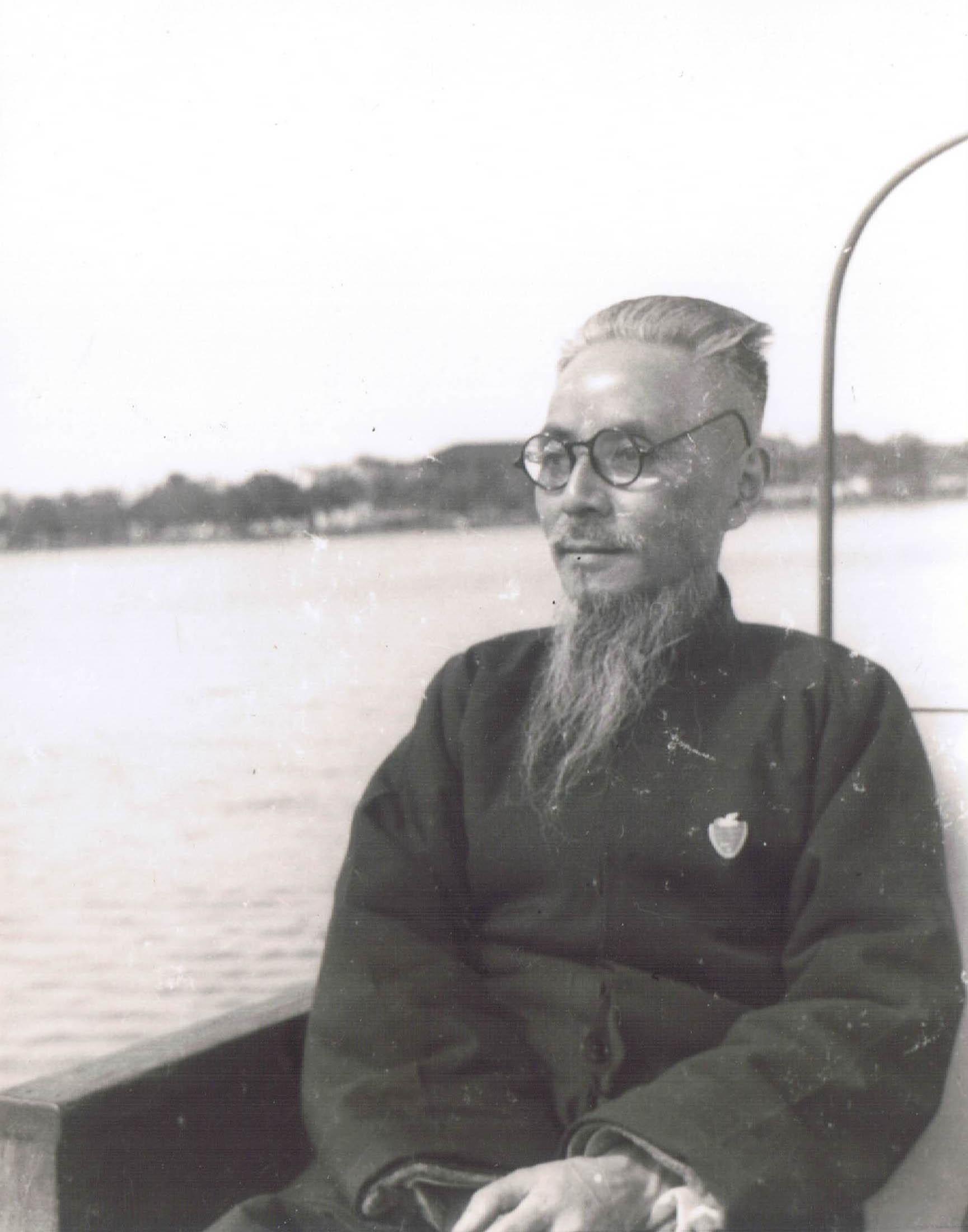 241 1962年在杭州西湖船中.JPG