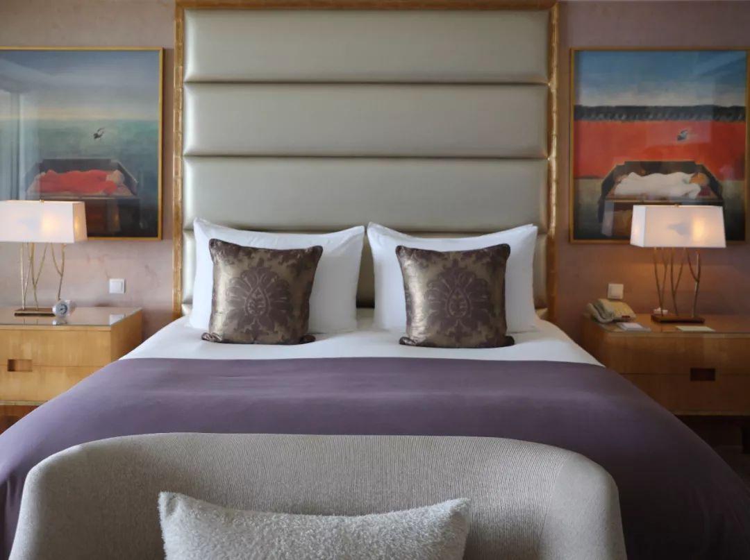 每间套房都有按摩浴缸和客厅,海景房里的按摩浴缸就在阳台上,面朝大海