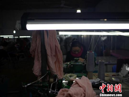 女工正在进行衣物的缝合,忙碌而有序。 苍雁摄