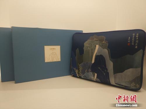 """资料图:故宫文创展中,以""""四王""""展为主题的电脑包。 任思雨摄"""