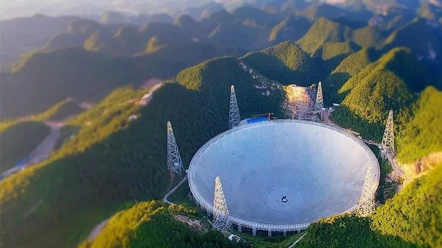 他认为中国所建造的天眼望远镜实力太过于强大,很有可能会引来外星人