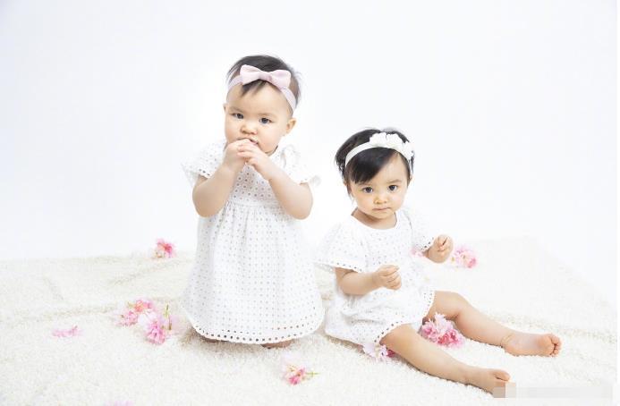 熊黛林晒照为双胞胎女儿庆一岁生日 姐妹俩呆萌可爱