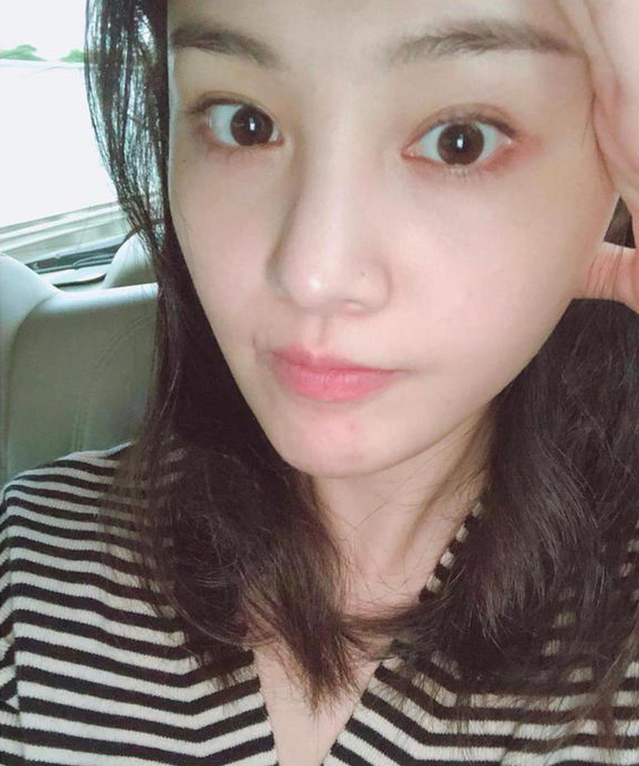 郑爽晒素颜自拍 回应演技争议:接受质疑否认和谩骂