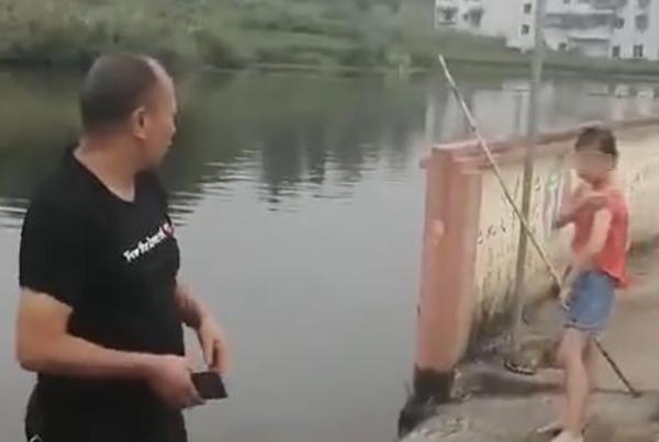 副镇长救升降水女童:我会游泳,救是正常事