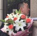杨绛住所外读者献花痛哭
