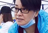 53岁毛阿敏素颜做公益