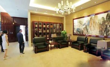 华人首富王健林带鲁豫参观办公室