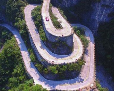 意大利选手极速挑战天门山99弯 10分31秒创记录