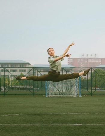 """重庆大学舞蹈专业新生军训""""斗舞"""""""