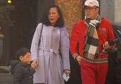 蔡国庆与妻儿出门画面曝光