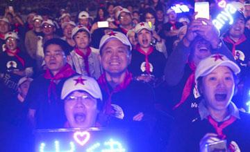 老战友和歌迷们戴着红领巾听他唱歌