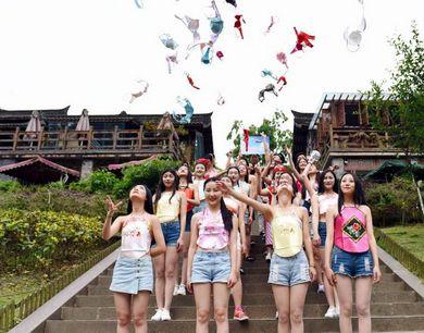 成都大学女生抛胸罩呼吁关注乳房健康