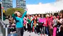 中国大妈联合国总部门前合唱《社会主义好》 情绪激动惹围观
