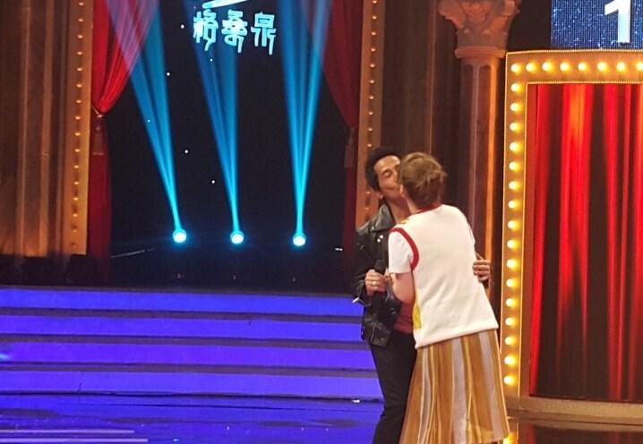 秀恩爱!齐秦上节目与小24岁嫩妻拥吻 [有看点]