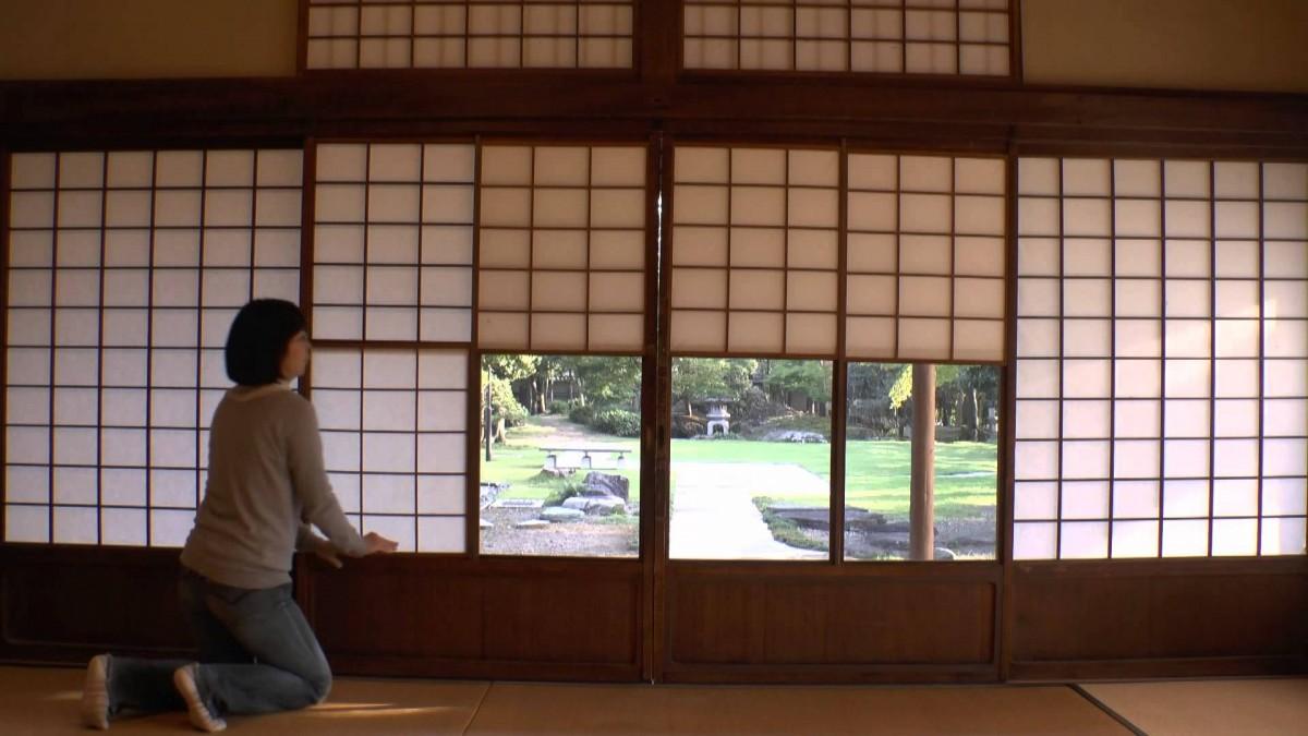 纸拉窗和纸拉门在「和室」的整体结构布局中至关重要,这样的门窗,在日语中叫做「障子(Shji)」,正是受到「障子」的启发,旅日设计师庄愉设计了这款能制造幽静光线氛围的「SHOJI-CURTAIN(障子窗帘)」。
