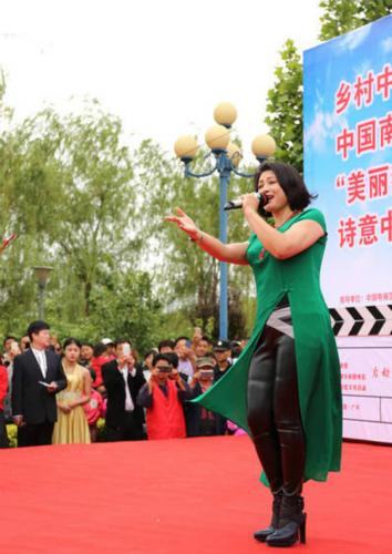 赵本山小姨子于月仙下乡献唱 手舞足蹈卖力演出 [有看点]