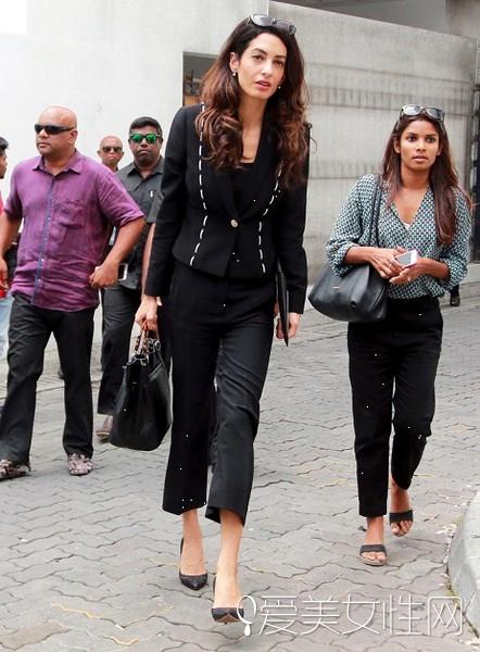 黑色的西服套装,上衣的花纹