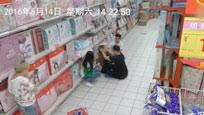 超市货物自动掉落 女子捡起后发生恐怖一幕