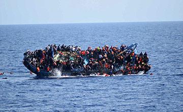 载数百人难民船倾覆瞬间