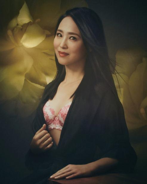 54岁日本女歌手拍内衣广告 大秀丰满上围(图)【星看点】