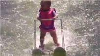 实拍6个月大女婴湖面滑行技术令人惊叹