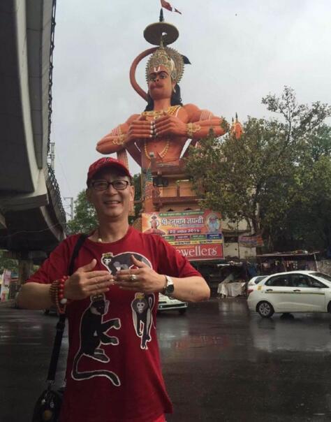 """六小龄童印度""""取经"""",还碰到了巨大的神猴(图)【星看点】"""