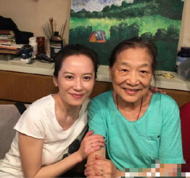 45岁俞飞鸿看望恩师 素颜靓丽气质佳(图)【星看点】
