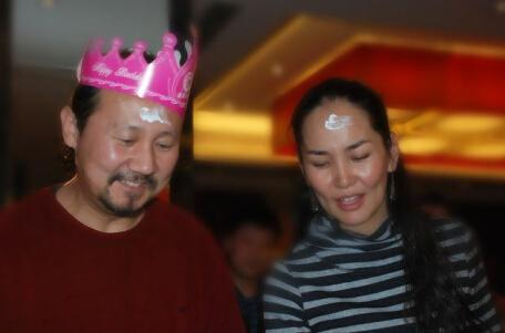 56岁腾格尔娇妻曝光 年近38岁打扮时尚(组图)