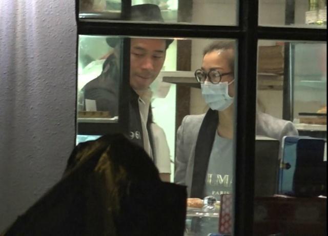 郑秀文许志安买面包 老公见记者急护妻【星看点】