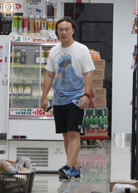 减肥中的陈奕迅夜跑后想吃零食,最后却只买了水…【星看点】