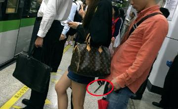 上海大学生偷拍女乘客裙底现场