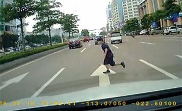 广东8岁男孩过马路被车撞飞